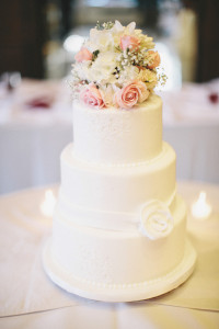 Simple-White-Wedding-Cake-With-Flower-Bouquet-Topper-600x900