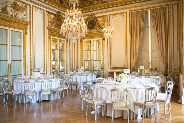 round-tables-at-luxurious-wedding-